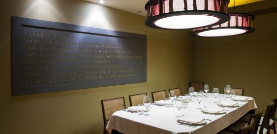 Espaciosa mesa en el restaurante Sotobosque